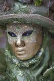 Wenecki Karnawałowy charakter w kolorowym Karnawałowym kostiumu Wenecja i masce zieleni i złota Zdjęcie Royalty Free