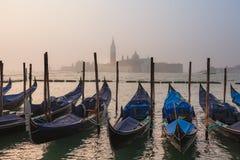 Wenecki mgłowy ranek i gondole na katedrze San Giorgio Maggiore jako tło zdjęcie stock