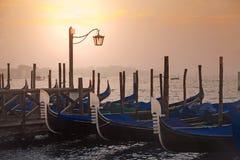 Weneckie gondole przy wschodem słońca w Wenecja Fotografia Stock