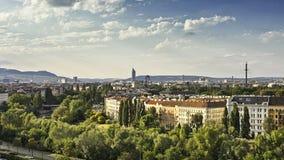 Wenen bij het Kanaal van Donau bij schemer royalty-vrije stock fotografie
