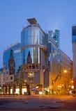 Wenen - het moderne st Stephen van de de bouwvorm vierkant (Stephansplatz) bij schemer Stock Foto's
