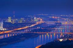 Wenen met Donau bij nacht Stock Afbeelding