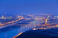 Wenen met Donau bij nacht Royalty-vrije Stock Foto