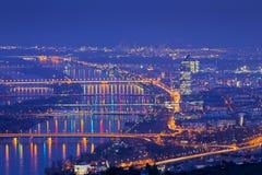 Wenen met Donau bij nacht Royalty-vrije Stock Foto's
