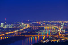 Wenen met Donau bij nacht Royalty-vrije Stock Fotografie