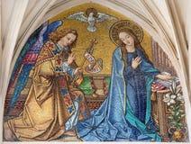 Wenen - Mozaïek van Aankondiging van hoofdportaal van gotische kerk Maria am Gestade Stock Fotografie