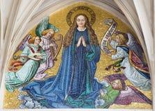 Wenen - Mozaïek van Maagdelijke Mary van hoofdportaal van gotische kerk Maria am Gestade stock fotografie