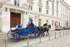 Wenen, Oostenrijk - 15 April 2018: Bemanning met paarden voor toeristen stock afbeeldingen