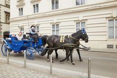 Wenen, Oostenrijk - 15 April 2018: Bemanning met paarden voor toeristen royalty-vrije stock foto's