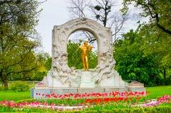 WENEN, OOSTENRIJK - APRIL 23, 2016: Standbeeld van Johann Strauss stock foto