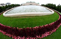 WENEN, OOSTENRIJK - Augustus 27 Tuin van BELVEDERE Paleis op Augustus Royalty-vrije Stock Foto's