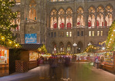 WENEN, OOSTENRIJK - DECEMBER 19, 2014: De de stad-zaal of markt van Rathaus en van Kerstmis op het Rathausplatz-vierkant Royalty-vrije Stock Foto's