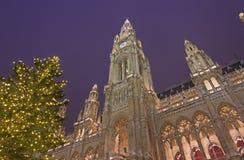 WENEN, OOSTENRIJK - DECEMBER 19, 2014: De de stad-zaal of markt van Rathaus en van Kerstmis op het Rathausplatz-vierkant Royalty-vrije Stock Fotografie
