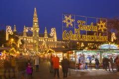 WENEN, OOSTENRIJK - DECEMBER 19, 2014: De de stad-zaal of markt van Rathaus en van Kerstmis op het Rathausplatz-vierkant Royalty-vrije Stock Foto