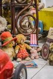 Wenen, Oostenrijk, 2 03 2019 Een ongebruikelijke tentoonstelling van verschillende oude teddyberen in gewone acties van mensen De stock foto's