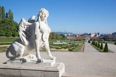 WENEN, OOSTENRIJK - JULI 30, 2014: De Sfinx voor Belvedere paleis in ochtend en de stad Stock Foto's