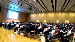 Wenen, Oostenrijk - Juli die 18, 2019 Mensen en aan een Europese wetenschappelijke in time tijdspanne van de conferentiebesprekin stock footage