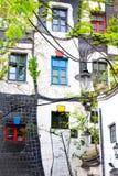 WENEN, OOSTENRIJK - JULI 31: Latern tegen Hundertwasser Haus in Wenen op 31 Juli, 2014 Stock Foto's