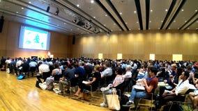 Wenen, Oostenrijk - 18 Juli, 2019 Mensen die aan een Europese wetenschappelijke conferentie luisteren spreekt in time tijdspanne stock footage
