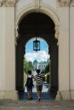 WENEN, OOSTENRIJK - JULI 29, 2016: Twee toeristen, die foto maken bij de ingang van Belevedere-paleis, Wenen Stock Foto's