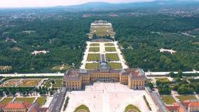 Wenen, Oostenrijk, - Juni 2019: Satellietbeeld van Schonbrunn-Paleis, vroegere keizer de zomerwoonplaats, toeristische attractie stock videobeelden