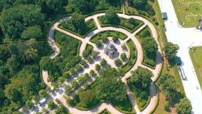 WENEN, OOSTENRIJK, - JUNI 2019: Satellietbeeld van Schonbrunn-Paleis, vroegere keizer de zomerwoonplaats, toeristische attractie stock video