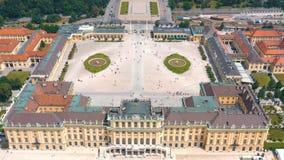 WENEN, OOSTENRIJK, - JUNI 2019: Satellietbeeld van Schonbrunn-Paleis, vroegere keizer de zomerwoonplaats, toeristische attractie stock footage