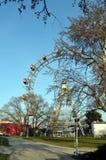 WENEN, OOSTENRIJK - MAART 18, 2016: De rode cabine van oudste Ferris Wheel in Prater-park op hemelachtergrond Wenen Prater Wurste Royalty-vrije Stock Foto's
