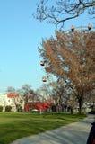 WENEN, OOSTENRIJK - MAART 18, 2016: De rode cabine van oudste Ferris Wheel in Prater-park op hemelachtergrond Wenen Prater Wurste Royalty-vrije Stock Afbeeldingen