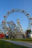 WENEN, OOSTENRIJK - MAART 18, 2016: De rode cabine van oudste Ferris Wheel in Prater-park op hemelachtergrond Wenen Prater Wurste Stock Fotografie