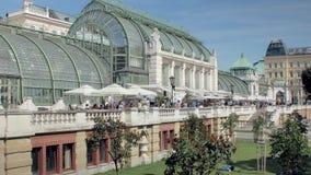 Wenen, Oostenrijk - MAG, 2018: de toeristen en de stadbewoners lopen langs vlinderhuis in stadspark stock footage