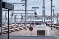 WENEN, OOSTENRIJK - MEI 27: De interlokaal-Uitdrukkelijke trein van ijs van Deutsche Bahn op hoofdstation van Wenen Wien Hauptbah stock afbeeldingen