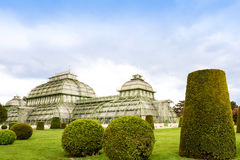 WENEN, OOSTENRIJK - MEI 15, 2016: De serre van het Palmenhauspaviljoen in tuin van schloss Royalty-vrije Stock Fotografie