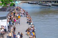 WENEN, OOSTENRIJK - MEI 25: Vele mensen ontspannen met alcoholdranken op een dag weg in een mooi de zomerweer op de banken van stock foto's