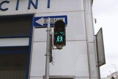 Wenen, Oostenrijk - 13 oktober 2016 - Modieuze verkeerslichten - het houden van de handen van de paarholding, groen licht Royalty-vrije Stock Foto