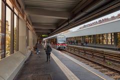 WENEN, OOSTENRIJK - OKTOBER 06, 2016: Thaliastrasemetro post in Wenen, Oostenrijk De trein komt naderbij Stock Fotografie