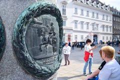 WENEN, OOSTENRIJK - OKTOBER 10, 2018: Uitstekende gravure op een post met koning op paard in centrum met toeristen op achtergrond stock afbeelding