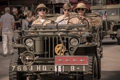 Wenen/Oostenrijk/September 25, 2017: Legerambtenaar die militair voertuig drijven stock foto