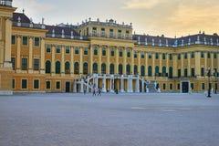Wenen, Oostenrijk - September 25, 2013: Schonbrunnpaleis en tuinen De vroegere keizer de zomerwoonplaats Het paleis is één van Th royalty-vrije stock fotografie
