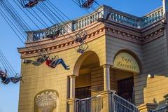 Wenen, Oostenrijk - September, 16, 2019: Zijaanzicht van jonge geitjes die pret hebben bij het spinnen van de carrousel of de ket stock afbeelding