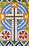Wenen - Weinig mozaïek van het kruis van zijaltaar in Carmelites-kerk in Dobling stock fotografie