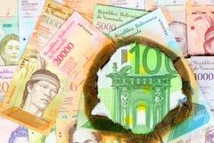 Wenezuela hiperinflaci poj?cie Pal?cy Wenezuelscy banknoty r??na bolivar warto?? przez dziury, w kt?rej widzie? mo?esz ty zdjęcie royalty free