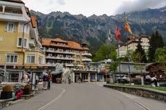 Wengen by i schweiziska fjällängar Royaltyfria Bilder