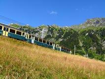 Wengen, Suisse 08/04/2009 Chemin de fer de support menant ? juin images libres de droits