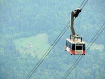 Wengen, Svizzera 08/17/2010 Cabina di funivia che va su alla montagna fotografia stock libera da diritti