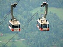 Wengen, Svizzera 08/17/2010 Cabina di funivia che va su alla montagna immagine stock libera da diritti