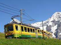 Wengen, Svizzera 08/04/2009 Ferrovia a cremagliera che conduce a giugno immagine stock