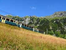 Wengen, Svizzera 08/04/2009 Ferrovia a cremagliera che conduce a giugno immagini stock libere da diritti