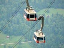 Wengen, Szwajcaria 08/17/2010 Wagon kolei linowej kt?ry i?? do g?ry zdjęcie royalty free