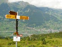 Wengen, Zwitserland 08/17/2010 Aanplakbiljettekens in de Zwitserse bergen royalty-vrije stock afbeeldingen